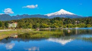 Lac de Pucon et volcan couvert de neige Villarrica, Chili.