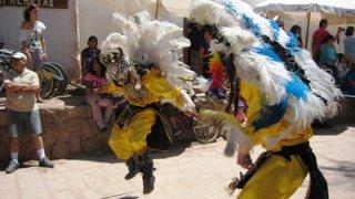 Danses traditionnelles - Procession fete de la candelaria dans les rues de San pedro de atacama - debut fevrier chaque annee