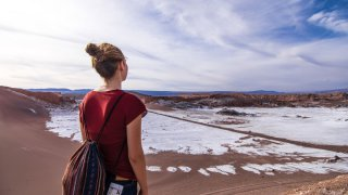 Turista en Valle de la luna / San Pedro de Atacama / Chili