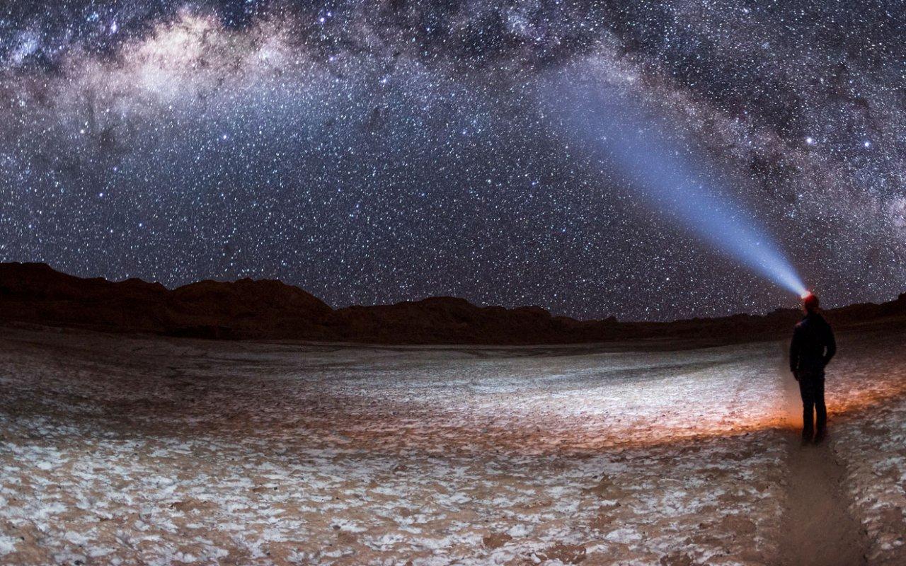 Voie Lactée dans la Vallée de la Lune ou Valle de la Luna à San Pedro de Atacama, Chili.
