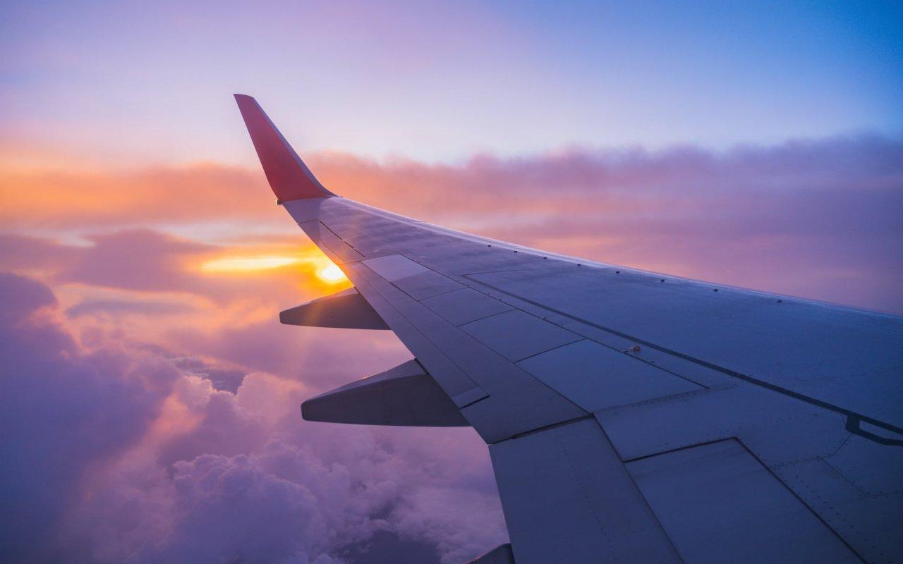 coucher de soleil sur les nuages depuis un avion - vols vers le chili