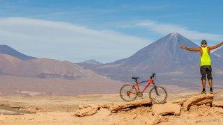 Voyageur vélo désert Atacama Chili Vallé de la lune ( Valle de la Luna )